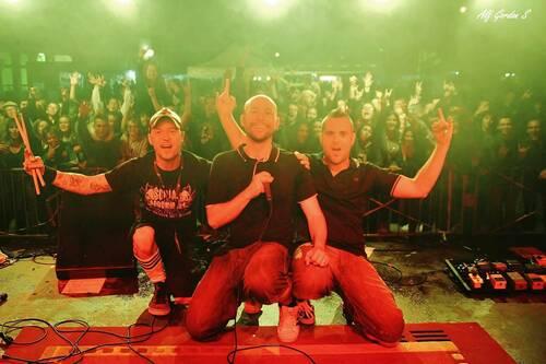 Selfie avec le public lors d'un concert de Nico avec son groupe
