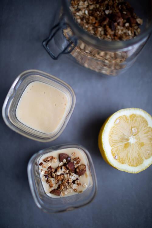Une crème vanille dans un pot en verre.