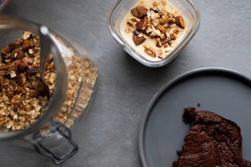 Pot de crème vanille accompagné d'un gateau au chocolat