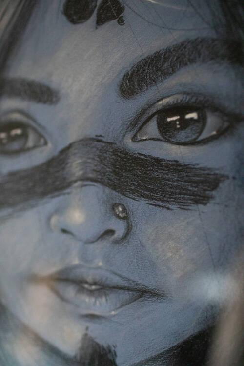 Portrait d'une fille au crayon avec des marques de guerre sur le visage
